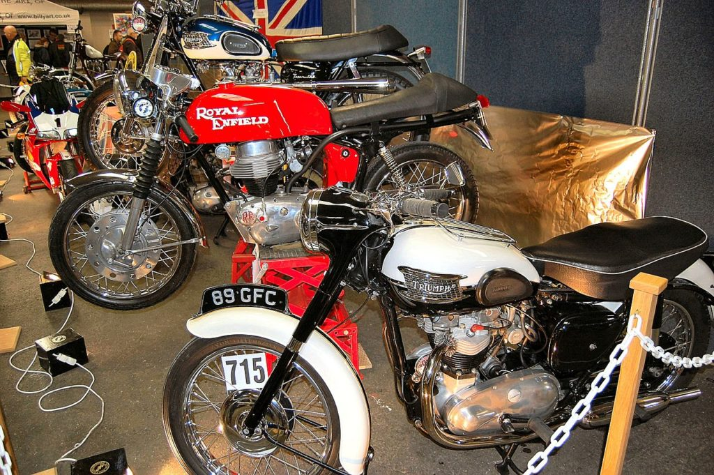 1280px-Flickr_-_ronsaunders47_-_TRIO_OF_BRITISH_CLASSIC_MOTORBIKES.